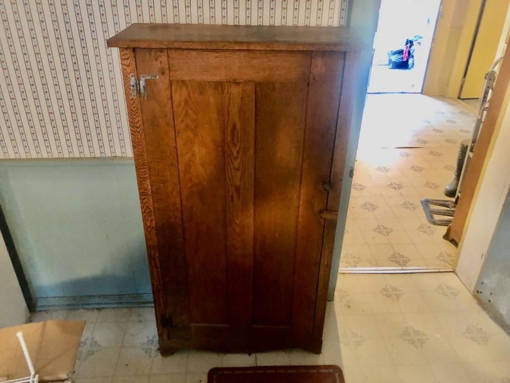 Standing cupboard